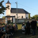 příjemné posezení před kostelem